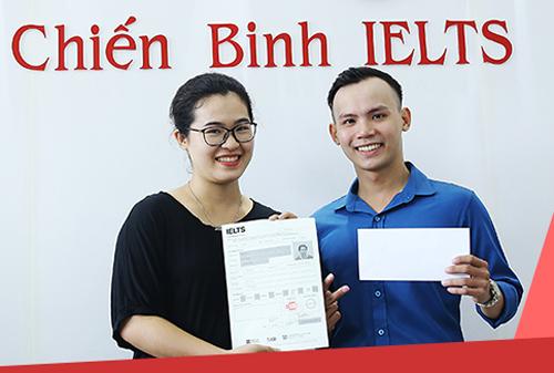 Vân Trang cùng thầy giáo của mình hân hoan trước thành tích tốt
