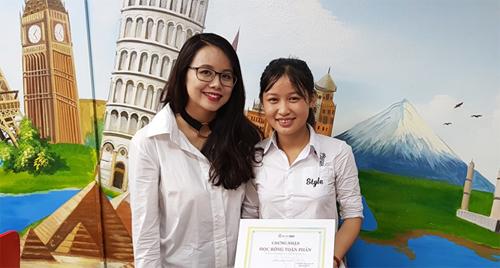 Minh hạnh phúc nhận học bổng tại trung tâm Ms Hoa Giao tiếp