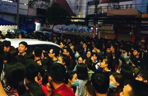 Sinh viên xếp hàng từ 4h để đăng ký dự thi TOEIC. Ảnh: FB Tran Duy My Linh