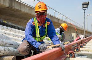 Công nhân thi công tuyến metro số 1 bến Thành - Suối Tiên, TP HCM tháng 4 - đúng mùa nắng nóng. Ảnh: Quỳnh Trần